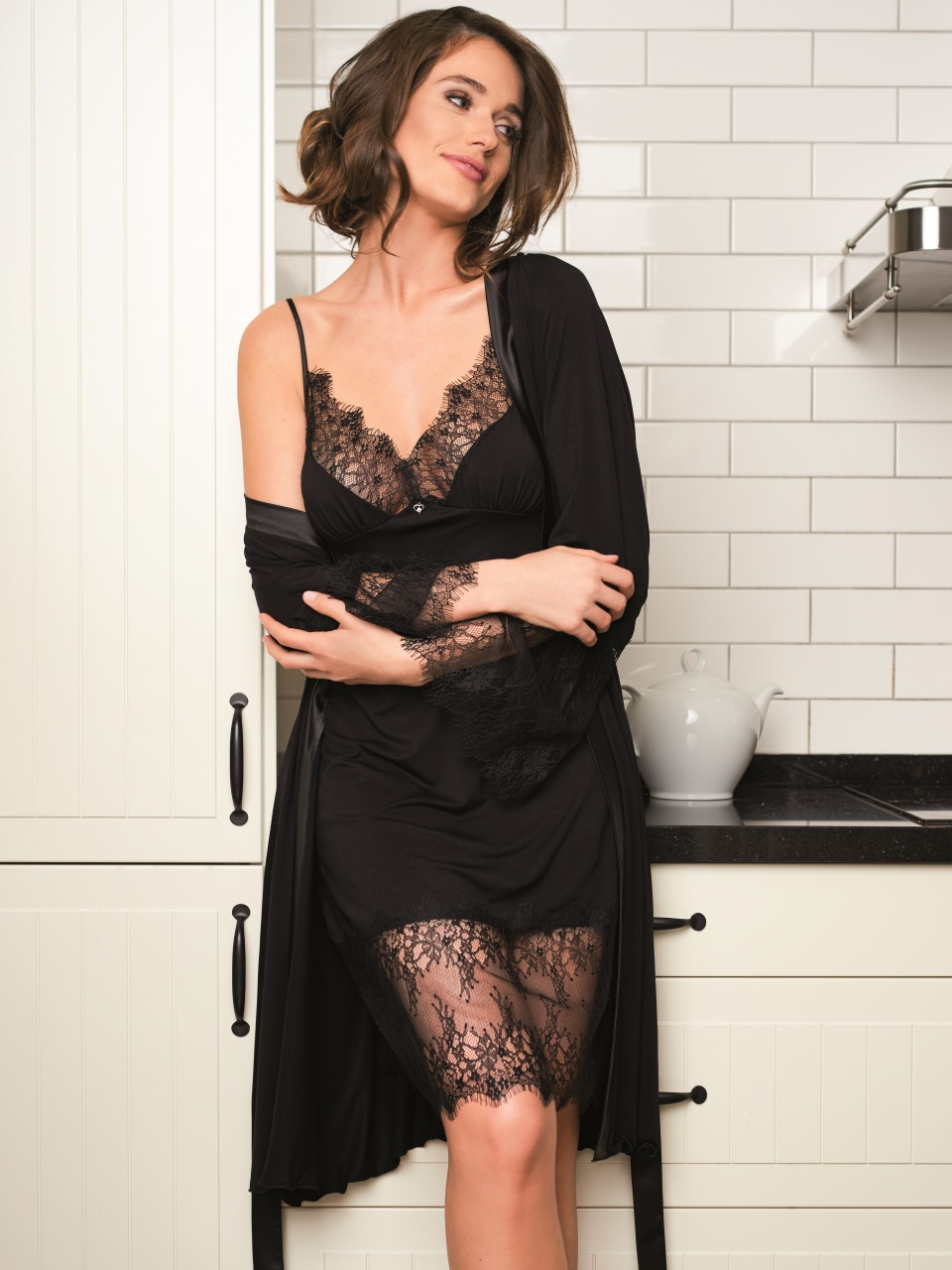 Susanna 3027 Chemise<br />01 Ivory, 02 Black, 07 Ruby, 28 Cappuccino<br />Susanna 3027 Vestaglia<br />01 Ivory, 02 Black, 07 Ruby, 28 Cappuccino
