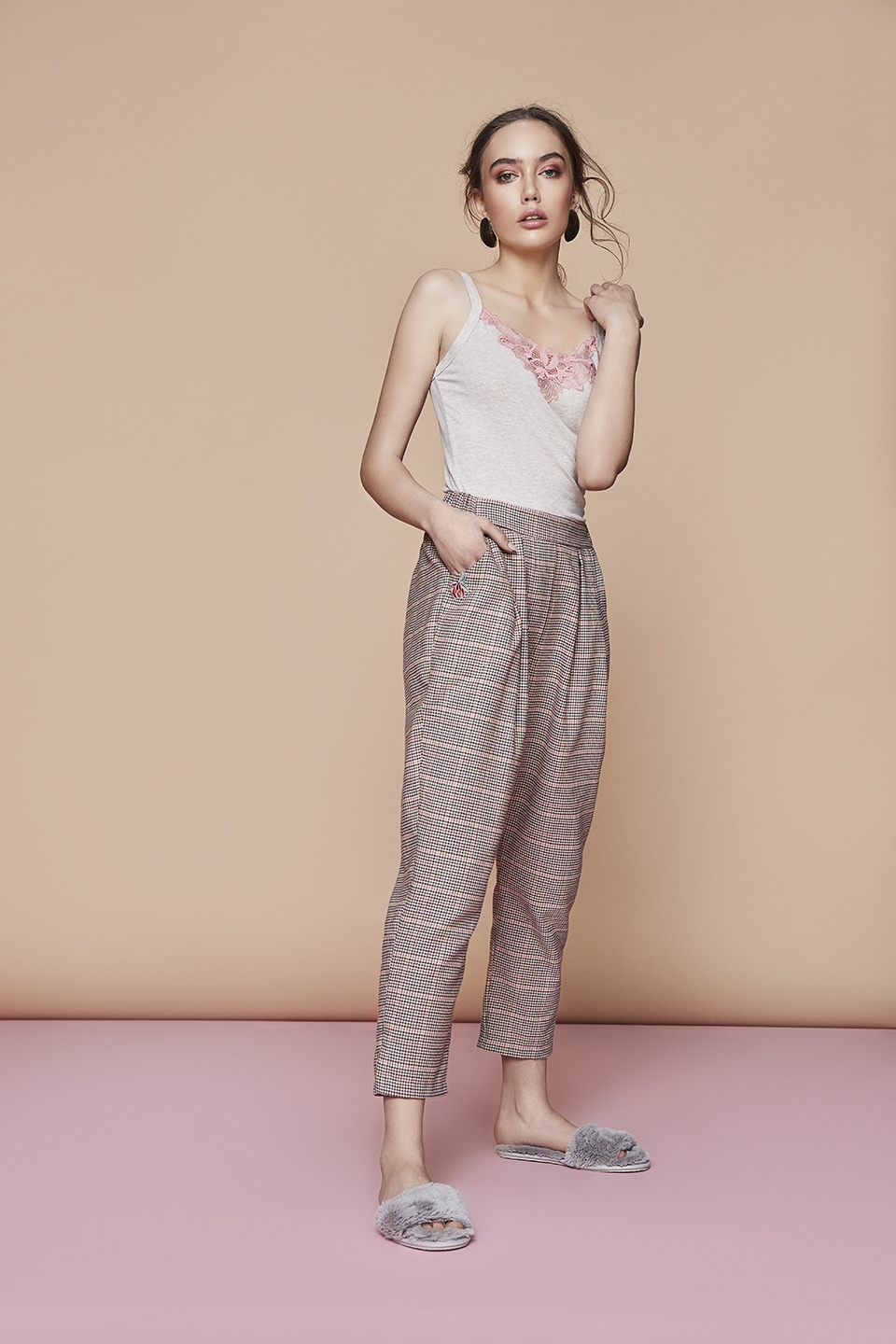 Atm OZ123 Camiciola<br />03 Dark Blue, 15 Beige, 67 Antique Rose<br />Girl Boss OZ124 Pantalone
