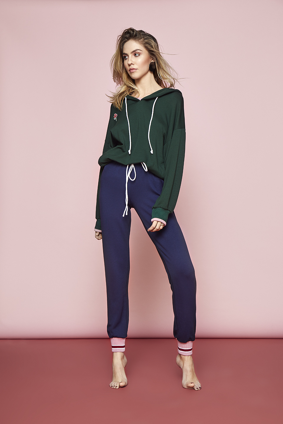 Good Vibes OZ143 Felpa con cappuccio<br />03 Dark Blue, 72 Chili, 75 Forest Green<br />Club OZ144 Pantalone<br />03 Dark Blue, 72 Chili, 75 Forest Green